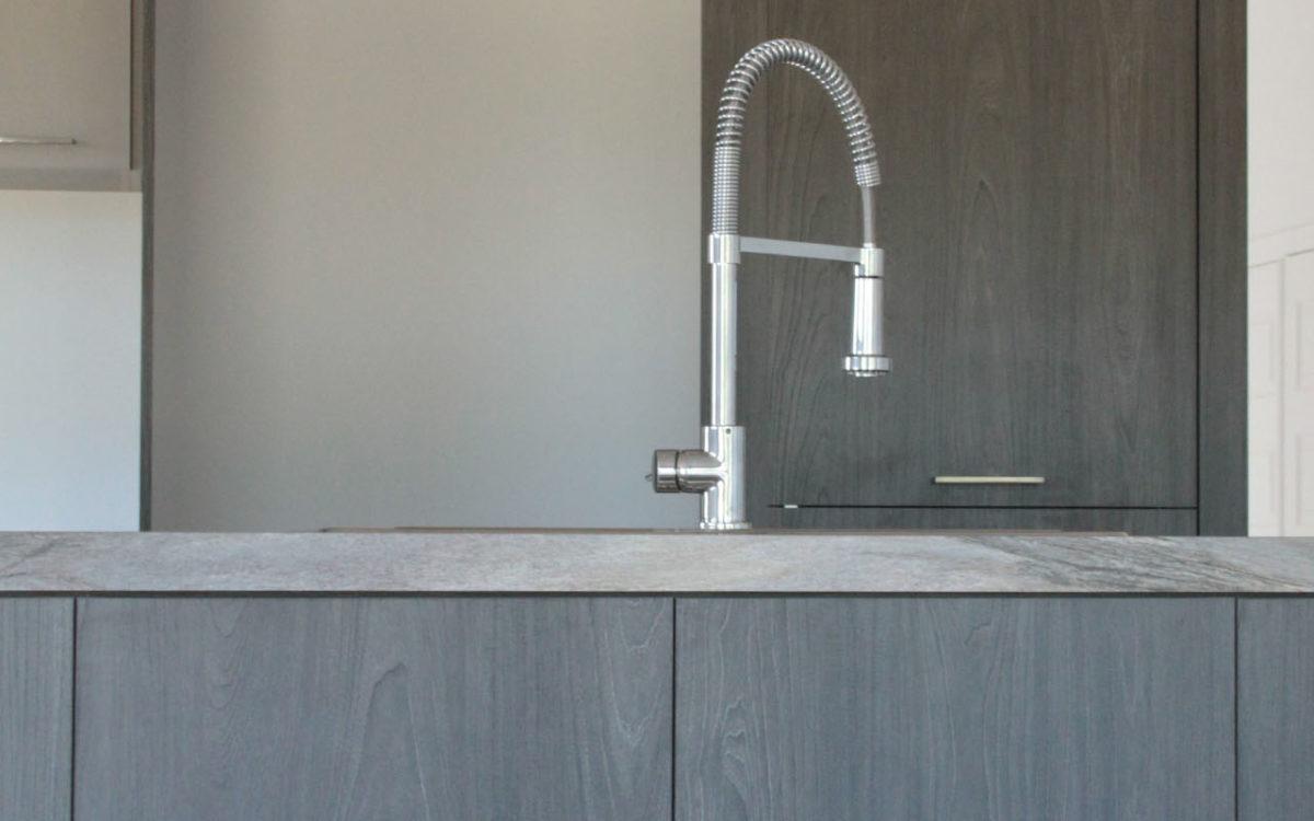 armoire de cuisine m lamine grise et bois. Black Bedroom Furniture Sets. Home Design Ideas