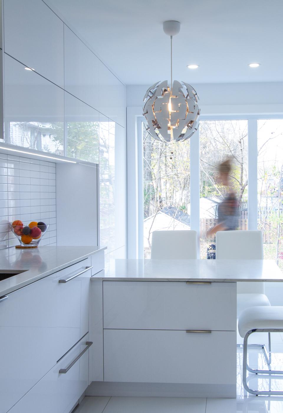 Armoire de cuisine à St-Jérôme, cuisine blanche moderne et contemporaine