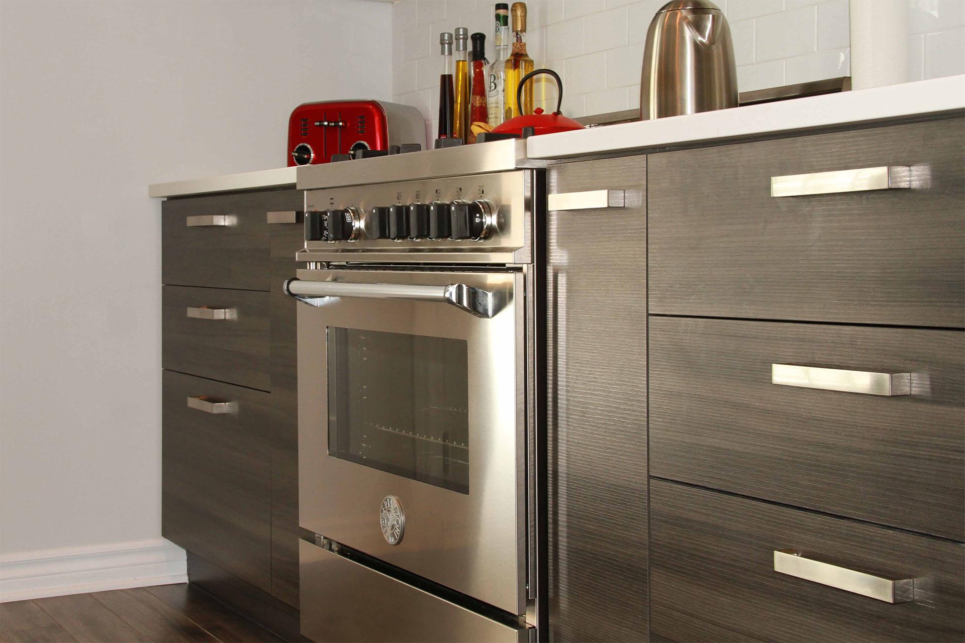 armoires de cuisine de m lamine grise. Black Bedroom Furniture Sets. Home Design Ideas