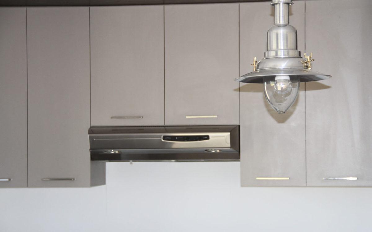 Armoire de cuisine m lamine grise et bois for Armoire de cuisine mirabel
